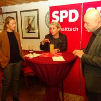 Katharina Schmidt (l) und Konrad Brandmüller (r) im Gespräch mit der Bundestagsabgeordneten Gabriela Heinrich